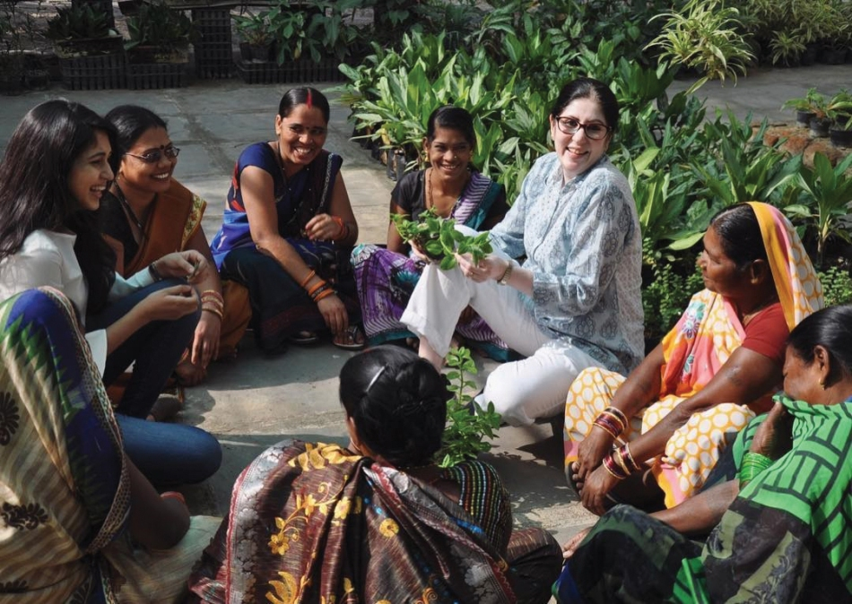 Sangeeta-Jain-with-workers