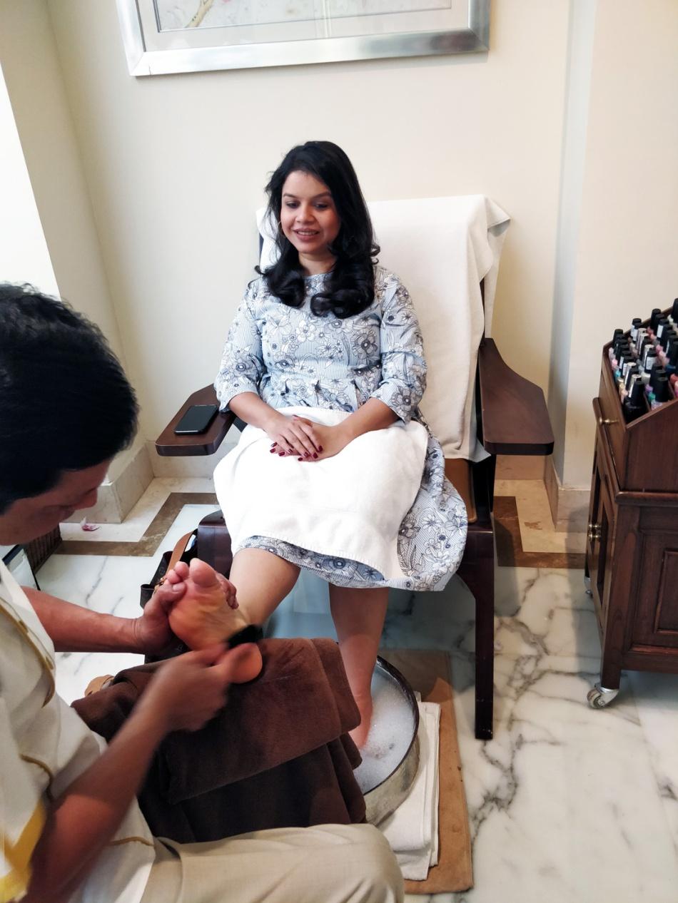 Kaveri-gets-a-pedicure
