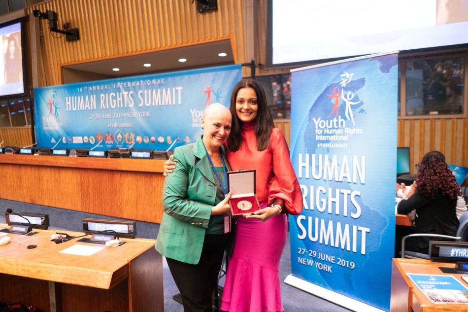 Sheena-Chohan-winning-Hero-Award